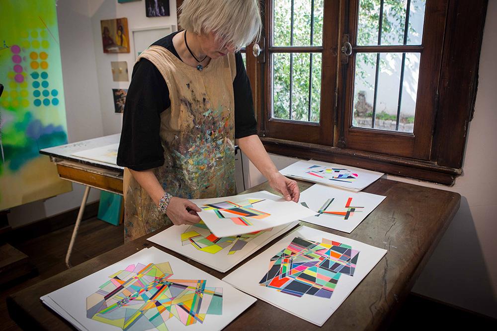 Verónica Sanes pintando